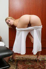 Lolita Shows Her Big Butt 02