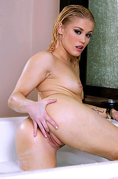 Ash Hollywood Masturbates In The Bathtub