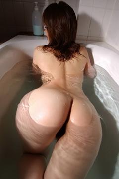 Mai Kitamura Takes A Bath