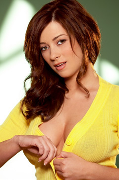Taylor Vixen Shows Wonderful Boobs In Her Yellow Shirt